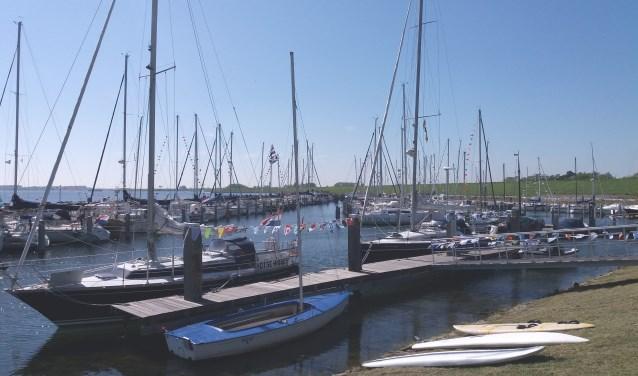 Versierde boten in de vernieuwde jachthaven. Foto: Goos K. Kroeze.