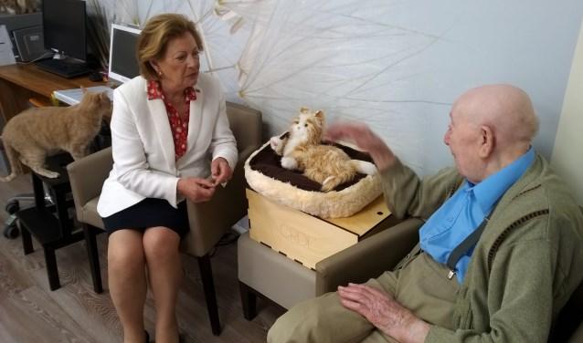 CDA-Kamerlid Lenny Geluk in gesprek met Kees Vlietland in een woongroep in De Vliedberg.