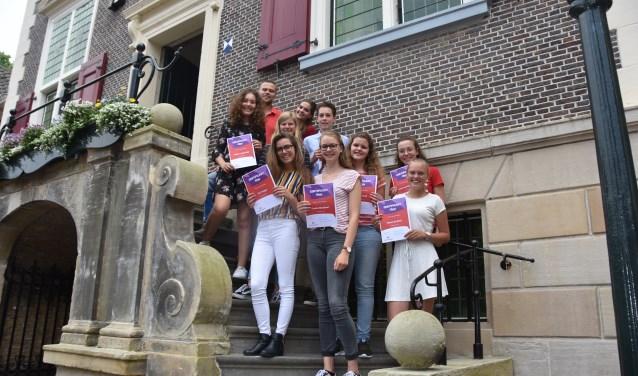 De leerlingen met hun certificaat. Op de achtergrond docent Matthijs Guijt.