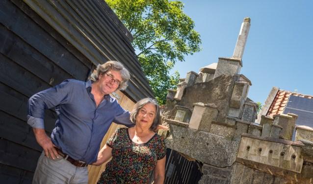 Arthur en Stasja Broek bij hun particuliere beeldentuin. Foto: Wim van Vossen Fotografie