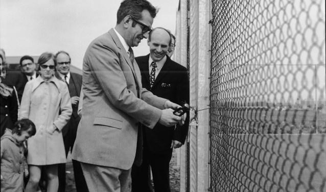 Op deze archieffoto opent burgemeester Van Es het onderkomen voor de Tennisvereniging. Dit was in april 1970.