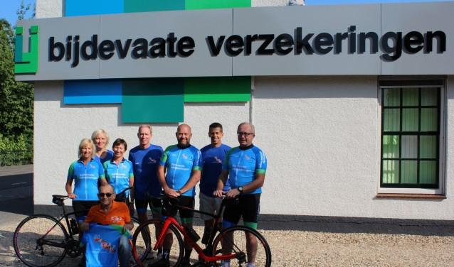 GO 4 KiKa. Gehurkt: KiKa Kees Witte. Voorste rij fietsers in de lichtblauwe tenues v.l.n.r.: Annet Albrechts, Liesbeth van Ast, Edwin van Os en William Pijl. Achterste rij in donkerblauwe shirts v.l.n.r.; Jolanda Pijl (verzorging), Jaap van Ast (chauffeur/verzorging) en John Albrechts (teamcaptain/chauffeur)?.