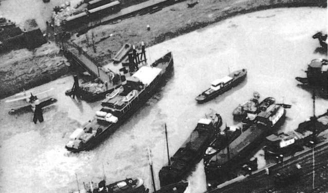Hulpschepen in de haven van Middelharnis. (Archieffoto uit Gebroken Dijken)