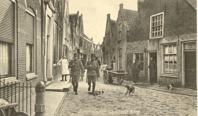 Gemobiliseerde soldaten tijden 1914-1918 in de Sint Joris Doelstraat te Sommelsdijk.