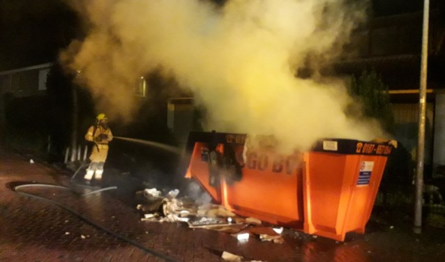 De brand in de container in de ds. Wentinckstraat wordt geblust.