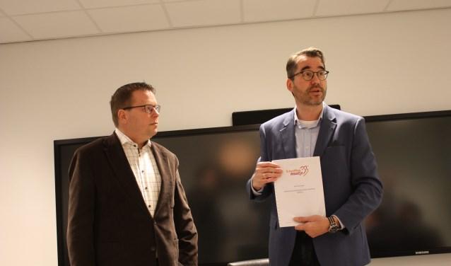 Voorzitter Jan-Kees Wielhouwer overhandigt het startdocument aan wethouder Berend Jan Bruggeman.