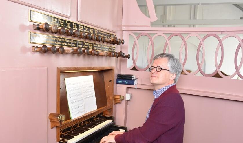 Paul Kieviet aan de speeltafel van het orgel in Sommelsdijk.