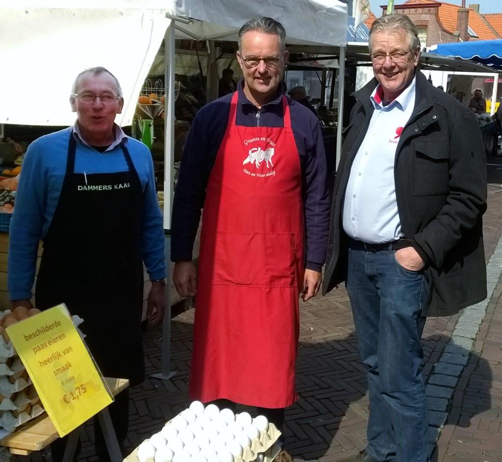 Peter v.d. Langkruis (secretraris van de BIZ) met standhoudersVos (Groenten en fruit) en Dammers (Kaashandel).  ©