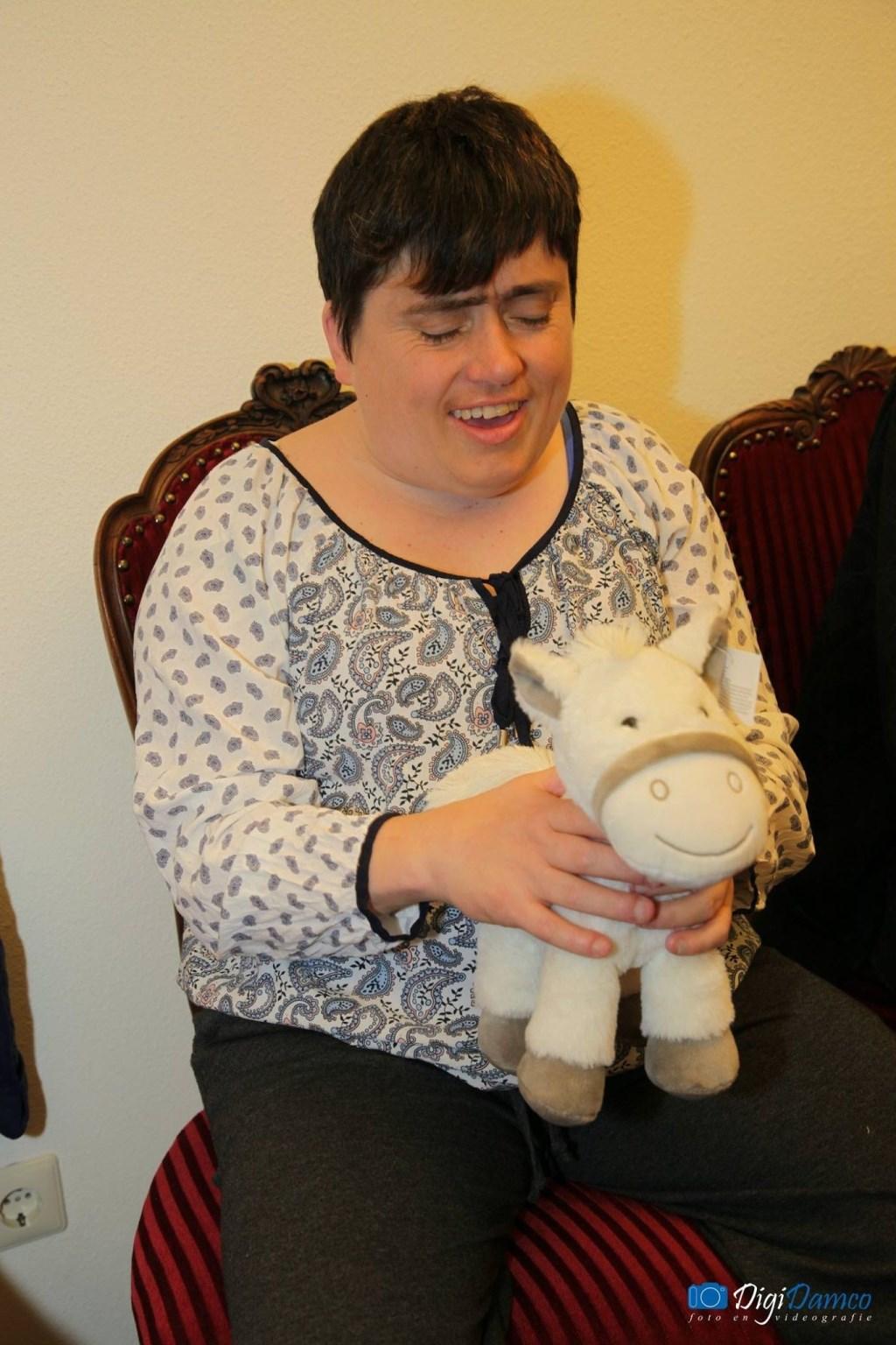 Mevrouw Koelewijn was blij met haar gewonnen knuffelpaard. (Foto: Wilko van Dam)  ©