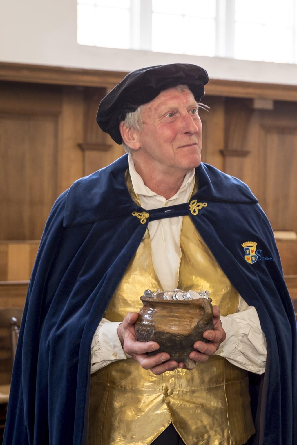 Wim van Ham met de ludieke schat voor Sociëteit Rethorica. Foto: Hans Villerius ©