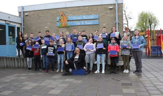 De scholieren (groep 7/8) van de Ollie B. Bommelschool hebben zojuist hun gereedschapskistje ontvangen.