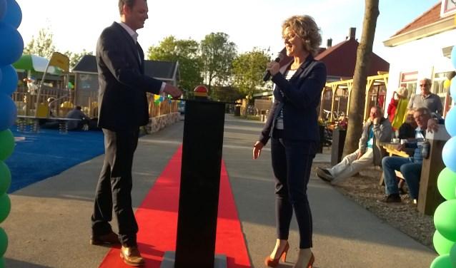 Burgemeester Grootenboer en parkmanager Hoogwerf stellen het spetterbad in bedrijf.