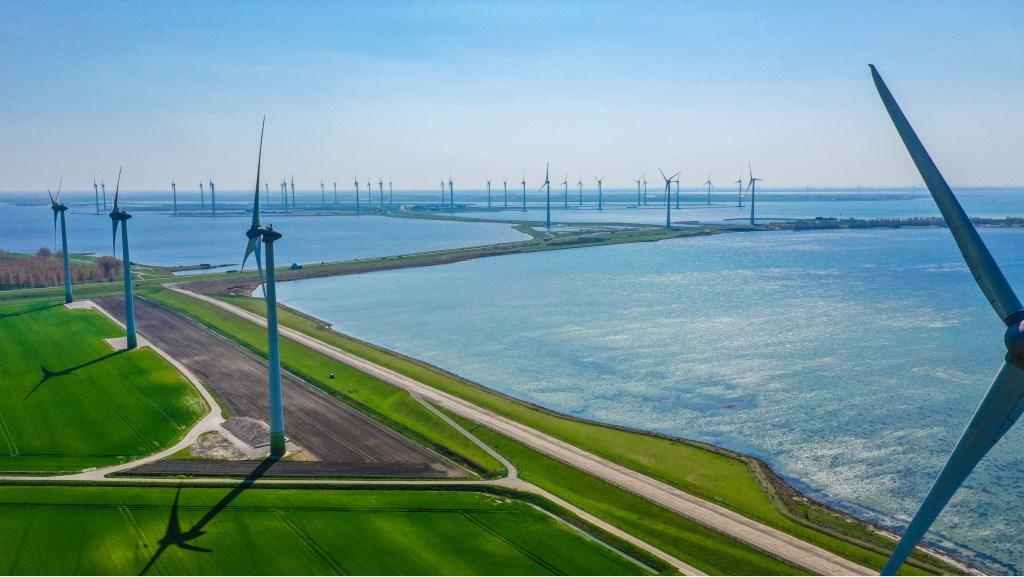 Luchtopname van de windmolens van Windpark Battenoert tussen Oude-Tonge en Nieuwe-Tonge, op de achtergrond is windpark Krammer zichtbaar. Foto: Bjorn Mierop  ©