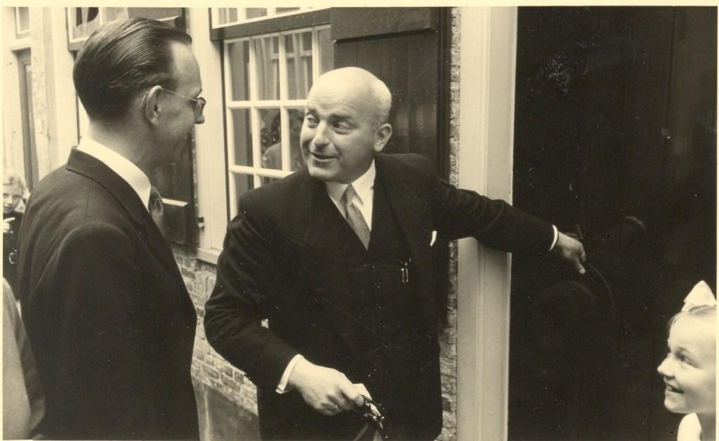 De burgemeester krijgt de sleutel van het museum overhandigd door een dochter van A.J. Kruider. De openingshandeling was op 18 juli 1956.  ©