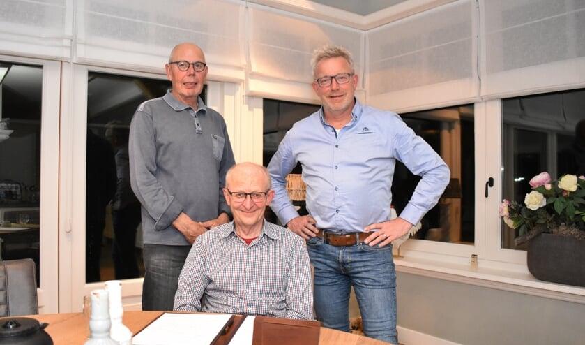Ies Hartog (links), Adrie Kom (midden) en Kees Lambert zetten zich in voor de leefbaarheid in Oude-Tonge.