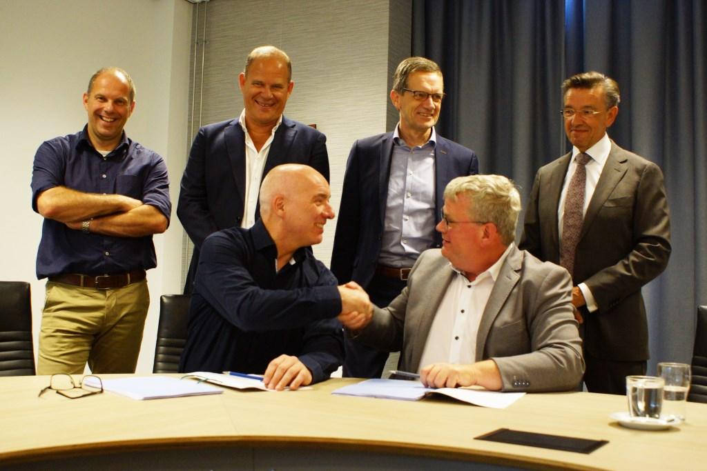 Van links naar rechts: Hans Moors (algemeen directeur van Vaessen Algemeen Bouwbedrijf B.V.) en Peter Feller (wethouder Goeree-Overflakkee, portefeuillehouder Onderwijs).  ©