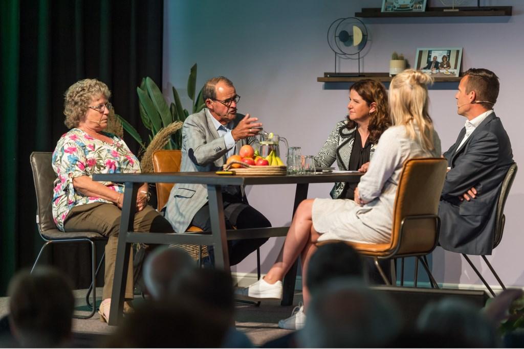 Huurders vertelden over hun ervaringen met Woongoed GO. De wethouder gaf een toelichting op de visie van de gemeente. Foto: Wim van Vossen ©