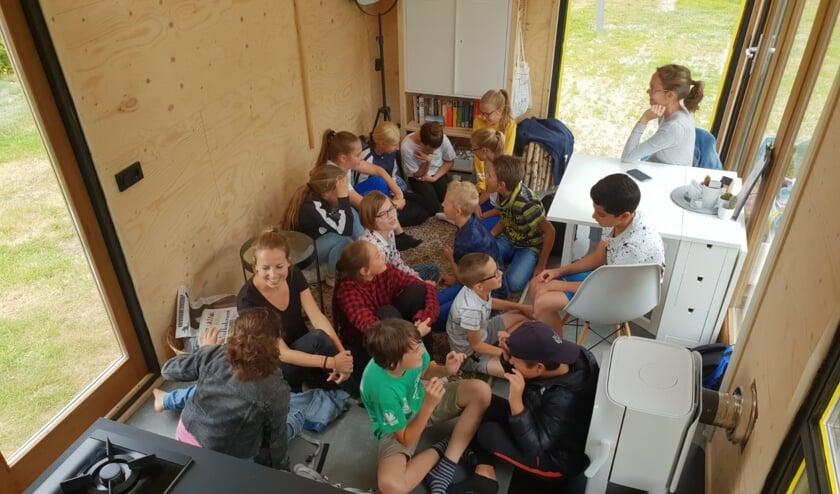 De klas van Mirjam op bezoek in het Tiny House.