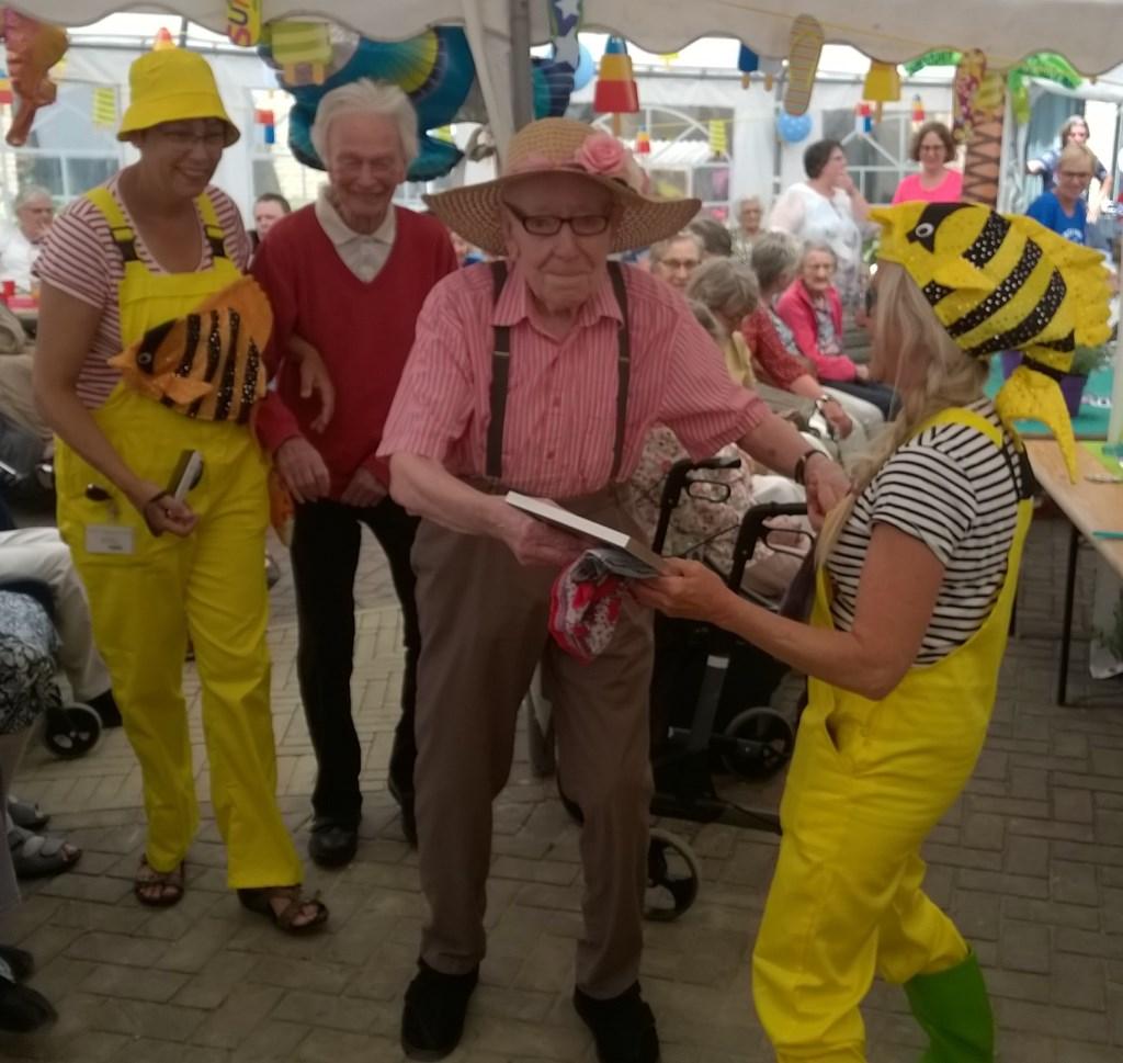 Kees Vlietland (87) maakt enthousiast een dansje.  ©