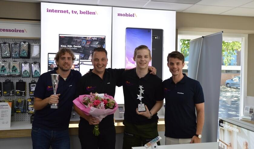 Huub Verkaik (tweede van links) met enkele personeelsleden.