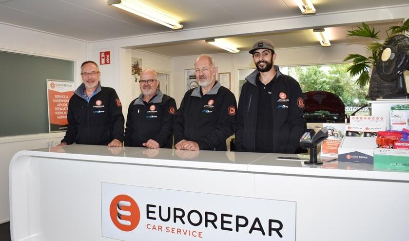 Het team van Auto Koese, met links vestigingsmanager Bert van Biert.