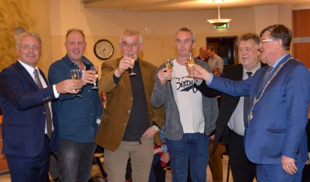 Joris Rooijendijk, Harry van den Bergh, Jan Willem van Dijk en Jan van den Elzen proosten met wethouder Overmans en burgemeester Hellegers.  | Fotonummer: 3c745e