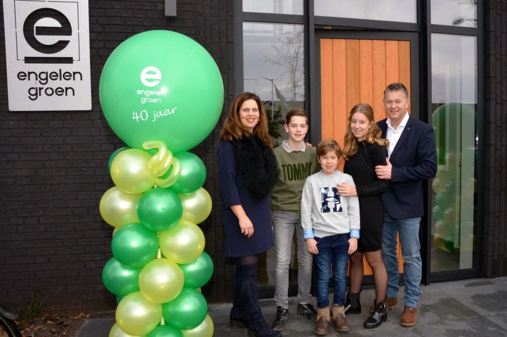 Betty en Stephan Marcusse-Engelen en hun kinderen Wouter, Berend en Roosmarijn Foto: Henk Lunenburg © MooiUden