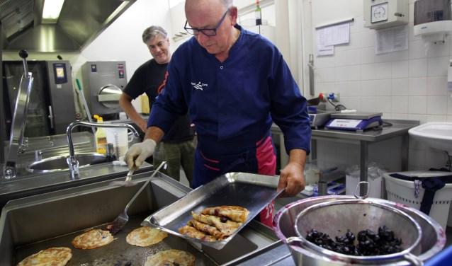 Mari van de Wijst bakt de struif met echte Ujese Zwarte van kersenteler Twan van den Berg  | Fotonummer: 2630b4