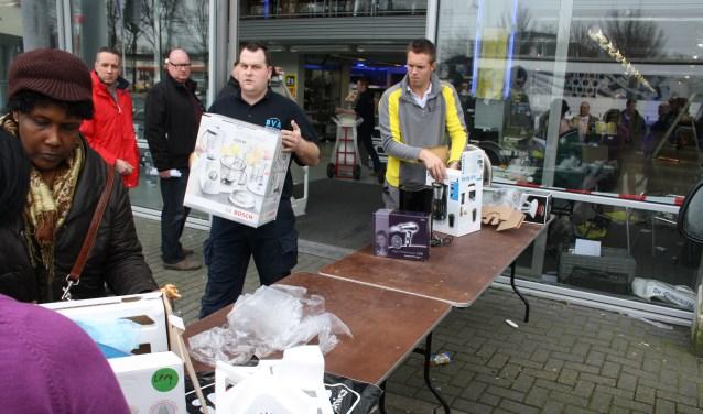 Met allerlei spullen gingen de koopjesjagers in maart 2011 naar buiten. De spullen werden volgens inschriving verkocht. Foto: De Leydenaer.