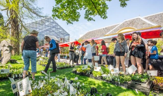Bezoekers in de hortus. De komende maanden kunnen ze alles te weten komen over voedsel eten. |Archieffoto Fotobureau Monica van der Stap.