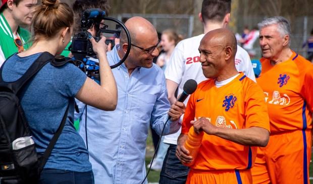 Ook oud-international Simon Tahamata  werd uitgebreid geïnterviewd voor de radio en televisie. | Foto: J.P.Kranenburg