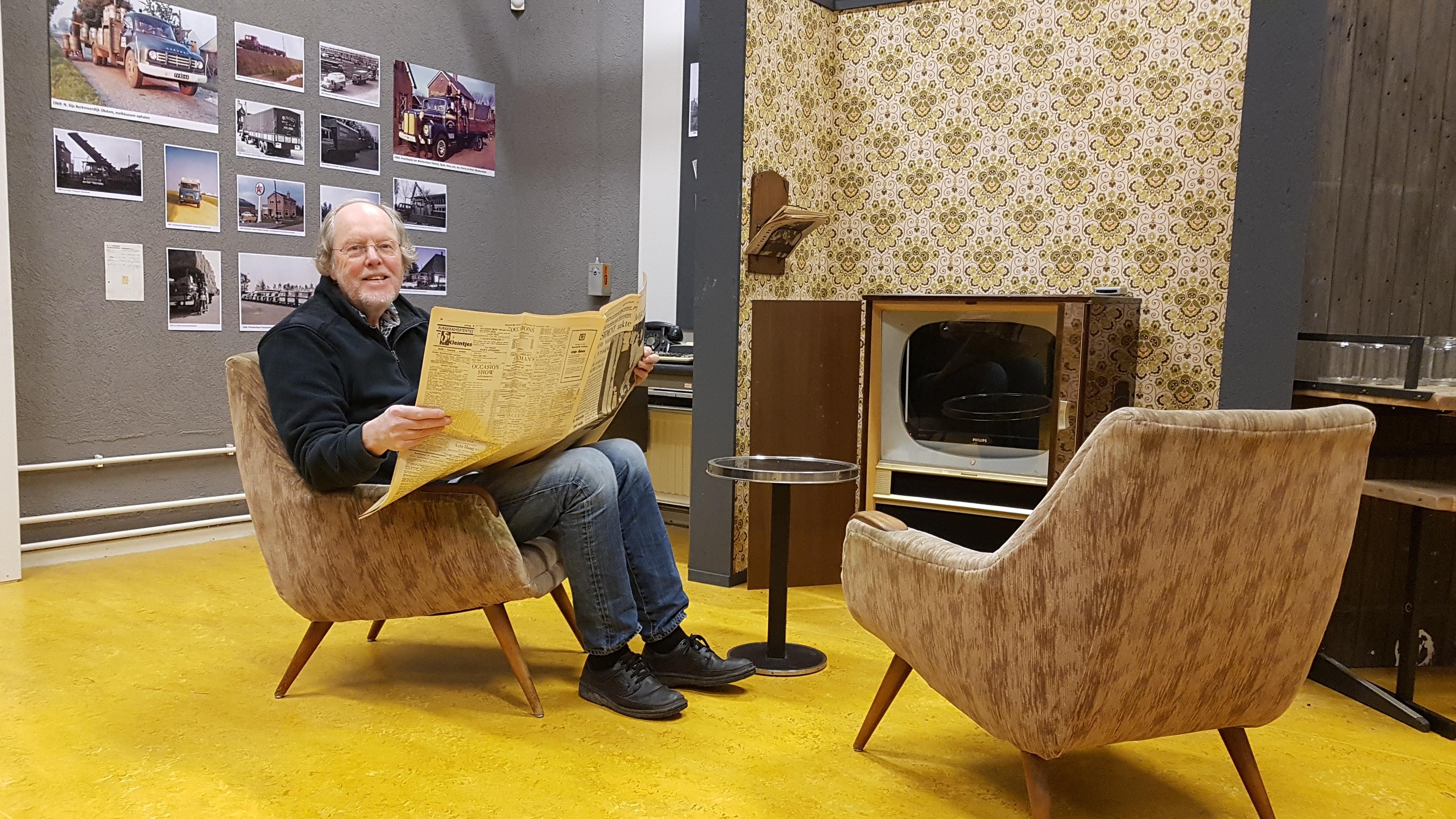 Jaap Kroon in een jaren zestig huiskamer Foto: aangeleverd © rodi