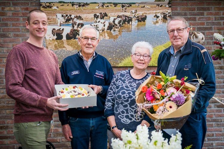 V.l.n.r.: Bestuurslid Lex Broersen, Jo Vermaire, Ineke en George Mooiman.