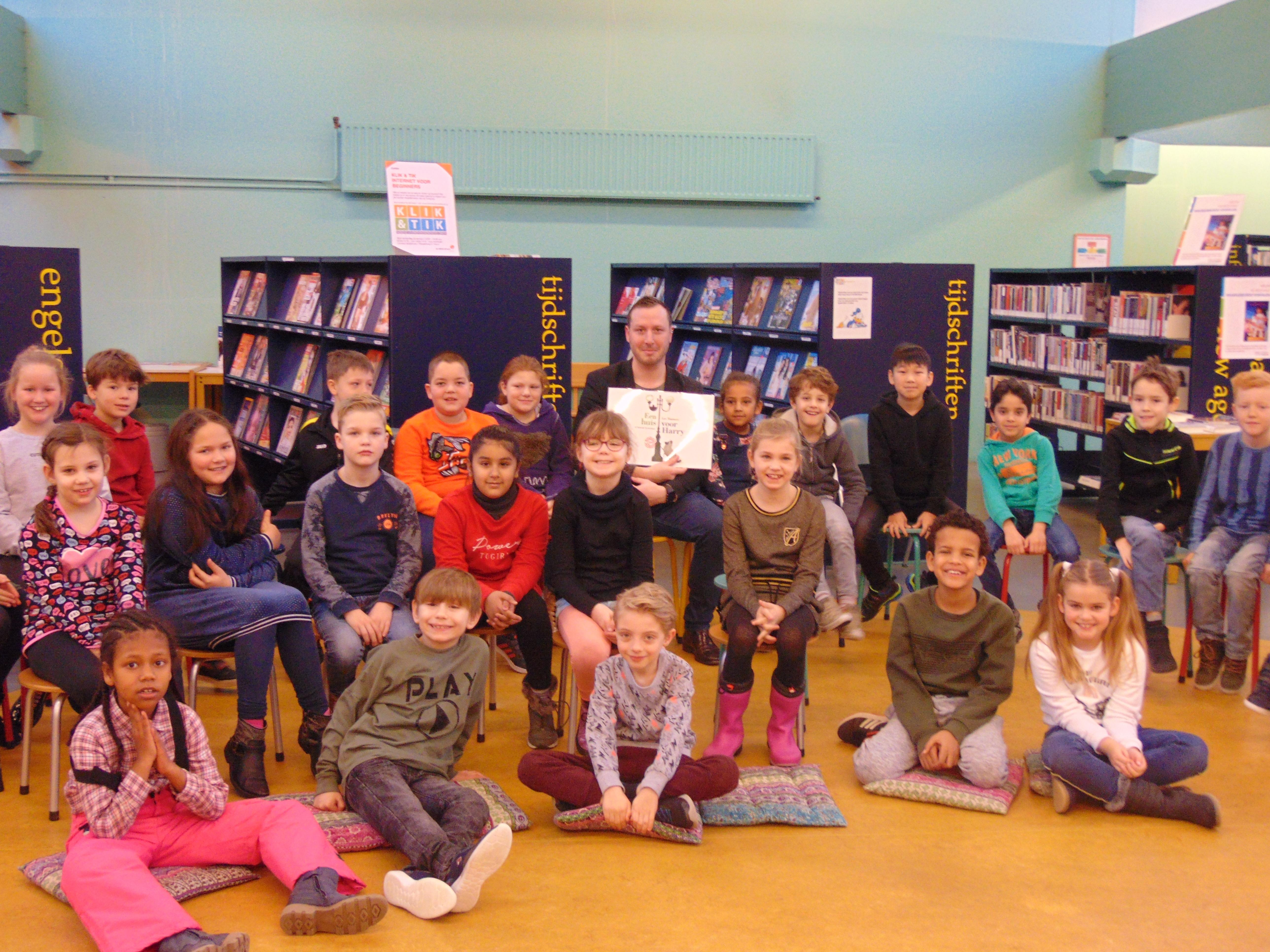 Wethouder Samir Bashara las onlangs voor in de bibliotheek in de Huesmolen aan leerlingen van basisschool Het Kompas in Hoorn.