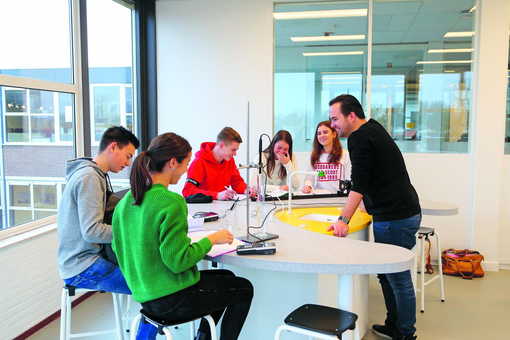 Bert Haalboom geeft les in het science lab en leerlingen in de open ruimte van het science lab. Foto: Marcel Rob © rodi