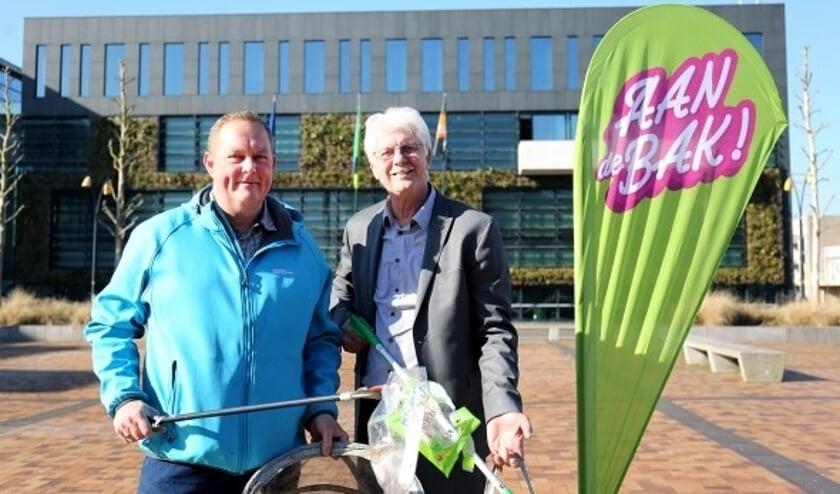 Wethouder Jan van der Starre (r) met 'zwerfinator' Dirk Groot, die van zijn ergernis zijn hobby gemaakt heeft.