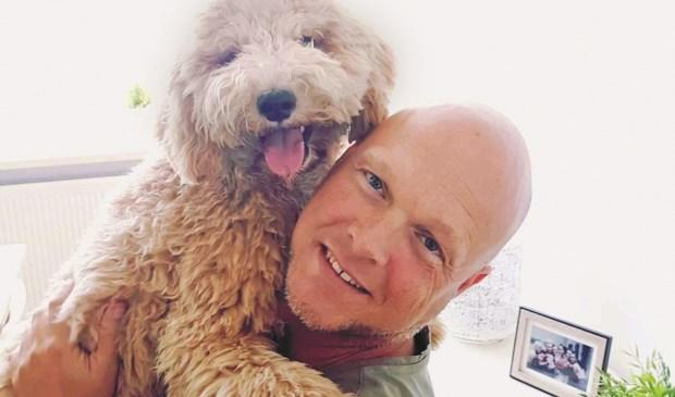 Marco Brands en zijn hondje Nila.