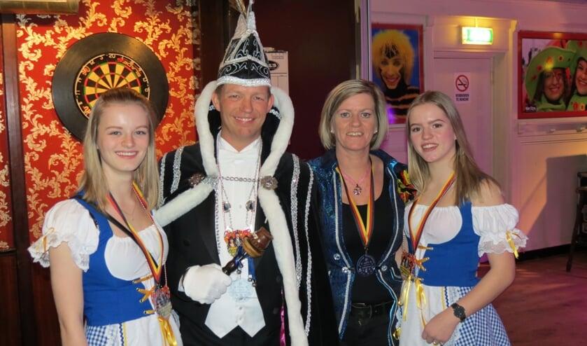 Prins Laurentius (Aad Kraakman) met zijn vrouw Miranda en dochters Joyce (l) en Maureen.