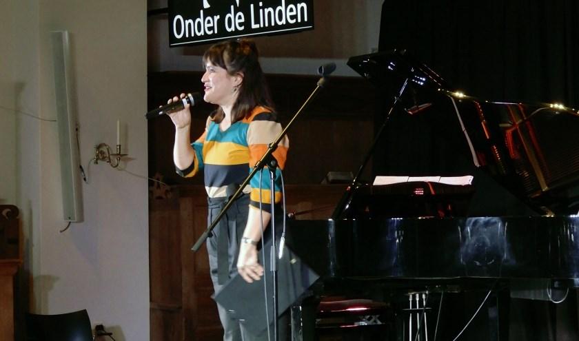Optreden tijdens benefietvoorstelling bij Onder de Linden.