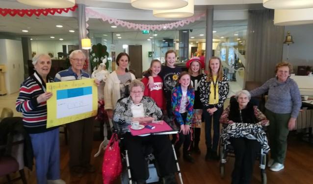 Jip en haar klasgenoten van groep 8 van van de Leonardusschool komen de cheque overhandigen aan Gouden Dagen.