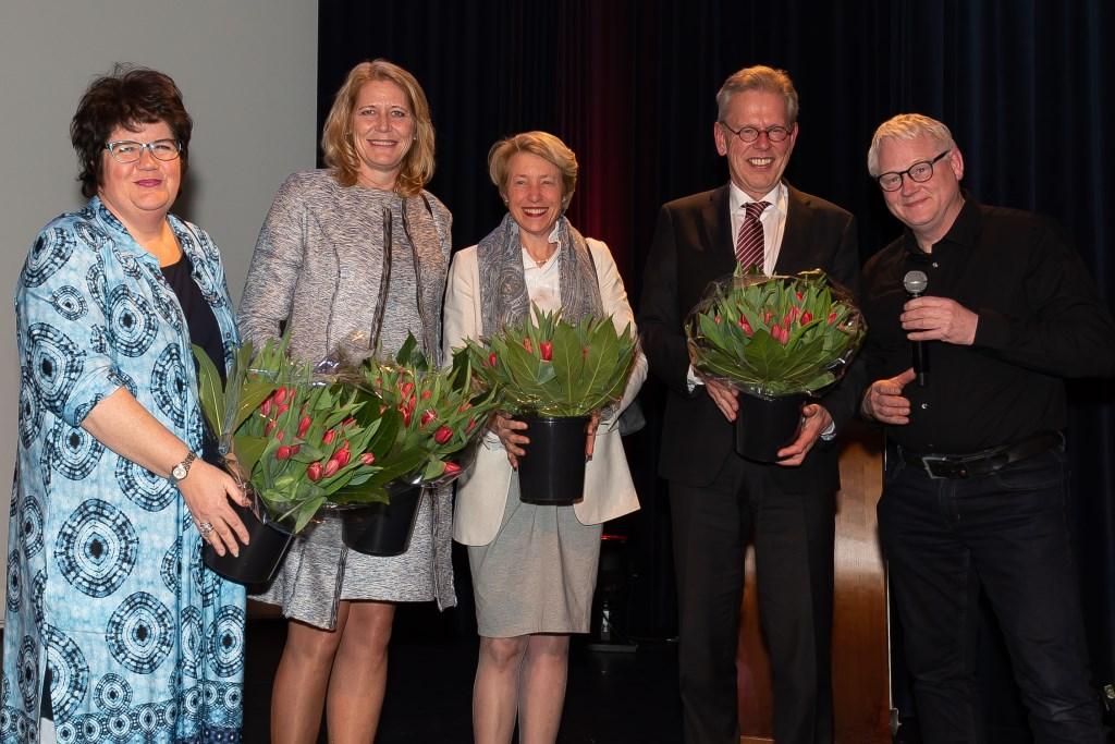 Vier burgemeesters staan samen voor verbinding. Joyce van Beek, Lieke Sievers, Jozette Kroon en Don Bijl (v.l.n.r.). Rechts filmmaker Wim Doets. (Foto: Han Giskes) © rodi