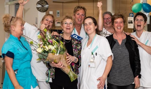 De vertrekkende Han Brinkman met enkele van haar collega's, die haar maar wat graag in het zonnetje zetten.
