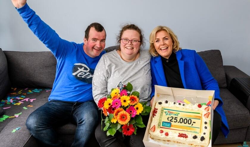Ilona wint 25.000 euro bij de VriendenLoterij en ontvangt een cheque uit handen van VriendenLoterij-ambassadeur Irene Moors.