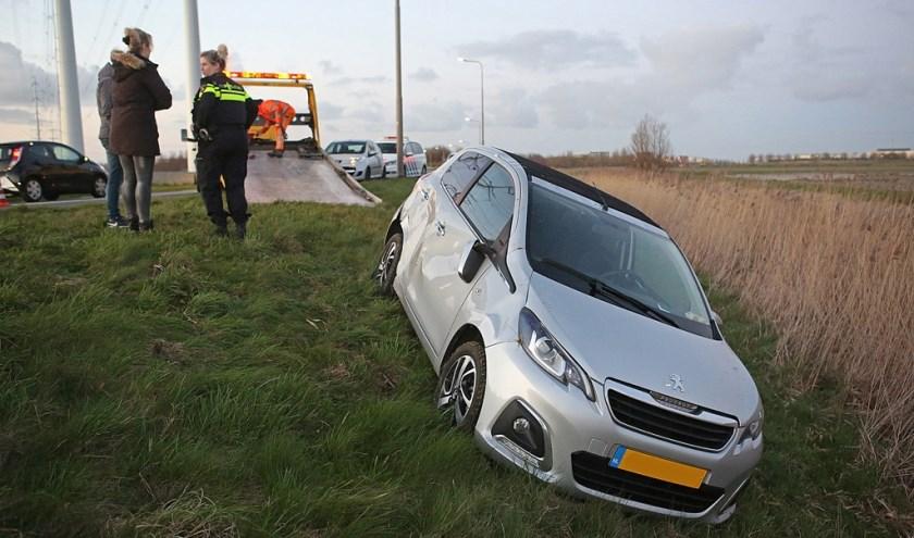 Een automobiliste raakte van de weg en kwam net op tijd tot stilstand.