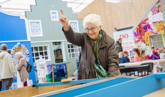 Bezoekers geniet van de spelletjes tijdens het Tuinfeest bij Tuincentrum Overvecht in Zuidoostbeemster.