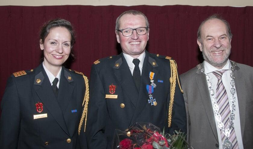 Vlnr. Teamcommandant Elleke van Lingen, vrijwilliger Co Hooiveld en burgemeester Bert Blase.