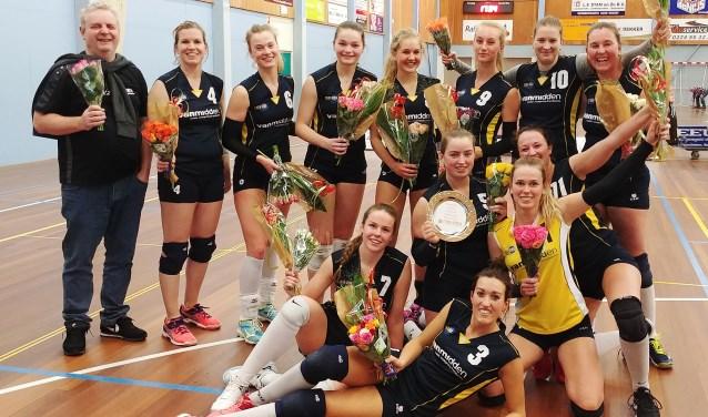Dolblije Zaanstad 2-dames met de beker.