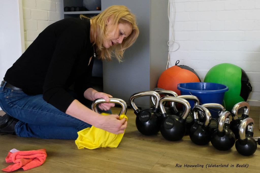 Burgemeester Luzette Kroon poetst vol aandacht (Foto: Ria Houweling) © rodi