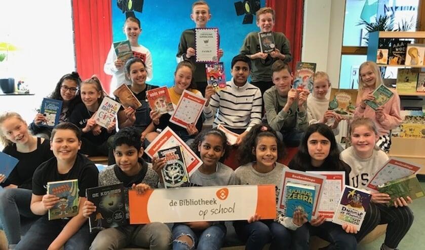 Leerlingen van Merlijn ontvangen in totaal 64 boeken voor hun harde werk in de Kinderpostzegelactie.