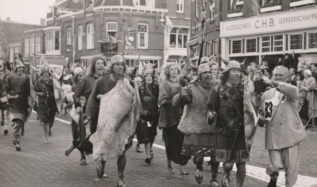 Dam tot Damrace. T.C. Groot (geheel rechts) geeft de leden van de Viking aanwijzingen.
